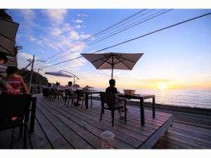 海岸食堂で食事をしながら夕陽を楽しむ