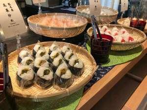 朝食: 日本全国各地の具材で作った47都道府県の「おにぎり」を週替わりでご堪能ください。