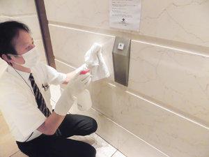 お客様が利用されるあらゆる箇所の清掃、アルコール消毒を随時実施しております。