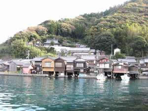 秋の「伊根の舟屋」『海に浮かぶ舟屋の心地よさ』~家か?漁場か?窓の下は旬~