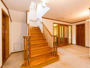 1階には寝室が4部屋&浴室トイレ<エントランスホール>