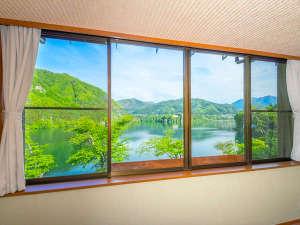 客室窓から赤谷湖を臨む