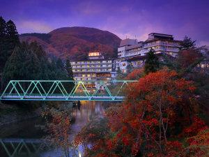夕暮れに包まれるホテル志戸平 全景(秋)