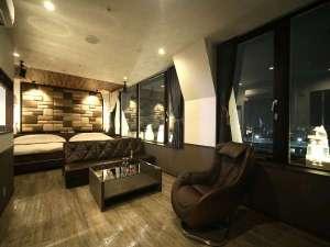 ■客室:ロイヤルパノラマリビング/ダブルベッド2台・もれなく夜景も楽しめます♪