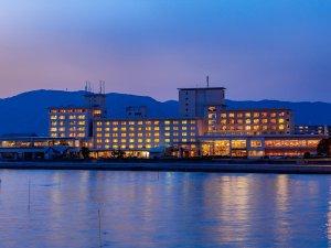 ~ホテル竹島外観 夕刻~ 三河湾に佇むホテル、客室からはオーシャンビューを愉しめます。