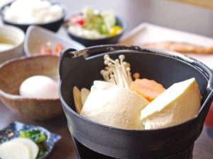 ※【朝食】和食の朝ご飯。自家製の豆腐を使った湯豆腐は自慢の一品。