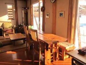 食堂です。大きなテラス窓からは宗谷本線を走る汽車と塩狩の自然が眺められます。