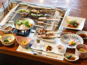 囲炉裏を囲んだ夕食。岩魚、地鶏、地茸など季節により新鮮な山河の幸が盛りだくさんです。