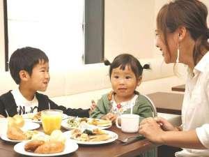 朝食はお子様にも大人気♪お子様用お皿、フォーク、や椅子もご用意!ファミリー旅行も安心☆