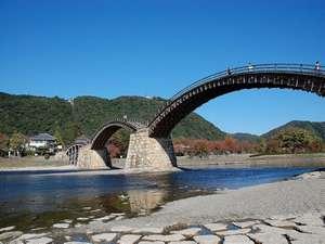 錦帯橋(山口県岩国市):5連のアーチが魅力的です。車で20分