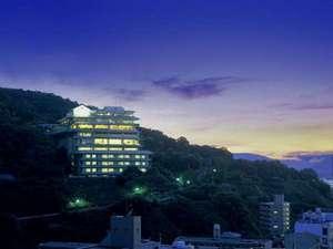 【夕景】瀬戸内海を行き来する船の灯り・・高松市内の夜景を一望