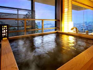 「花樹海温泉」に身体を預け、「高松市内&瀬戸内海」を眺める贅沢な夜の時間
