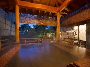 ※赤みかげ石の露天風呂の風景 ※早朝