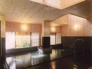 *総檜造りの温泉「高砂の湯」は和風で落ち着いた趣です。