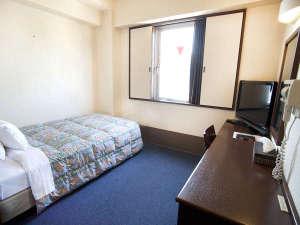 【シングルルーム】ゆったりくつろいでいただける、セミダブルのベッドをご用意。