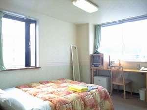 客室例:ダブル 室内は明るい色調でまとめられ、陽光もさしこむ落ち着いた空間です。