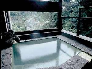 【風呂】本館の貸切家族風呂。こちらも良質の硫黄泉を気兼ねせず愉しめる