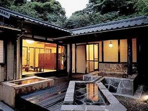 【客室】全5室の離れには、囲炉裏・寝湯・露天・岩盤浴を備える