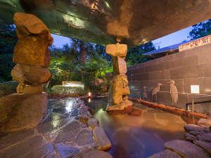 露天風呂の石積みモニュメントもお楽しみいだたけます。