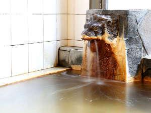 天然温泉を使用していますので、湯口のライオンには湯の花が。