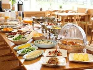 朝食バイキングは品数も豊富。地場産の食材を使った料理が並びます♪(個人盛に変更の場合あり)
