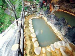露天風呂。脇を滝が流れ落ち、赤城の山々を望む。新緑から紅葉、雪景色までにごり湯に浸かりながら・・・