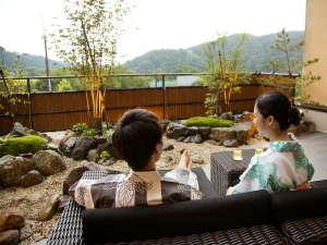 プレミアムラウンジのテラスではワインを片手に湯涌の自然をお楽しみ頂けます