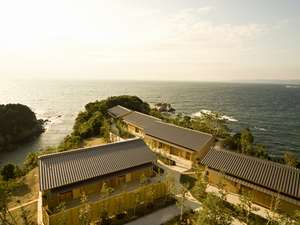 【離れ 浜屋】暁の抄からの景色。上空からの情景。岬に突き出たように見えます。