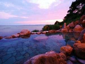 夕暮れ時、混浴露天からの眺望は幻想的です☆海と空の織り成す感動の瞬間を大切な人と共有できます。