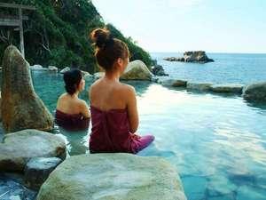 【浜千鳥の湯】湯あみ着を着用する為、女性も気軽にご利用頂ける混浴露天風呂です。