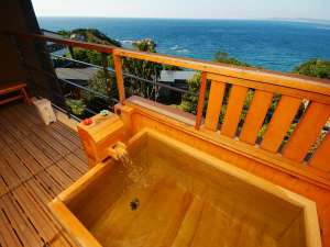 【波の抄:和洋室(3~5階)】檜の客室露天風呂(沸かし湯)にてごゆっくりお寛ぎくださいませ。