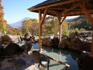 羊蹄山を望む露天風呂。鳥のさえずりを聞きながら、夜は星空を眺めながら、大自然浴をお楽しみください。