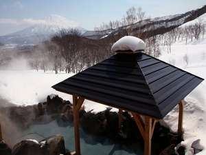 羊蹄山を望む岩露天風呂。白銀に染まる山々を眺め、心身ともにリラックス