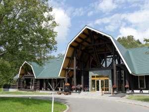◆カナダ産木材を贅沢に使用したログハウス風ホテル森林に囲まれた敷地は四季折々の景色を楽しめます。