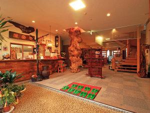 【館内】フロントには圧倒的な存在感を主張する天然木の柱