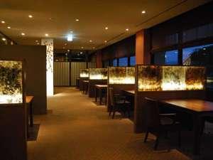 八女の伝統工芸品を使ったおしゃれなレストラン「蔵」は、ご年配のお客様にもやさしい造りです。
