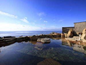 当館自慢の≪絶景露天風呂≫では目の前に広がる蒼い海と空を独り占め♪