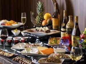 【カクテルタイム】温製料理やビール、ワインを始めとする各種アルコール、ソフトドリンクをご用意。