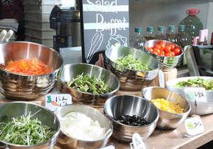 朝食バイキング:サラダコーナー特製ドレッシングをかけて召し上がり下さい