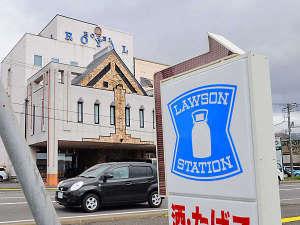 【コンビニ】道路を挟んで真向かいにローソンがあってとても便利。