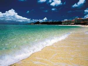 【ブセナビーチ】約760mもの白い砂浜と青く澄んだ南国の海