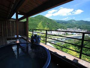 露天風呂付き客室のイメージ。下呂温泉街や飛騨川を一望できる。