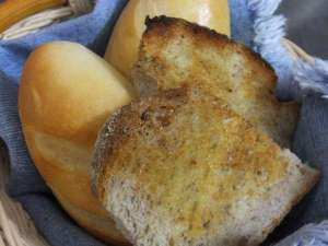 ライ麦パンのトーストと塩パン