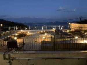 【海楼庭園(かいろうていえん)】。夜にはライトアップや松明に火が燈り、幻想的な風景となります。
