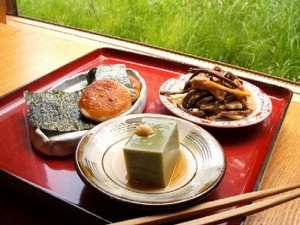 ふっくら甘い大根餅、風味豊かな抹茶豆腐など、素朴ながらも洗練された料理の数々を(例)