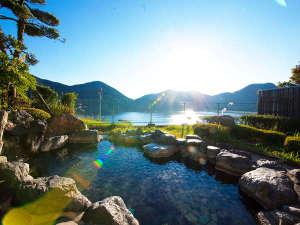 【露天風呂】大浴場に併設されたいむた池を一望できる露天風呂
