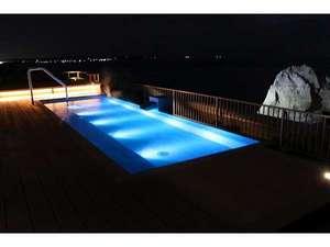 【屋上/天空露天風呂】二ッ島のライトアップと満天の星空をお楽しみいただけます。