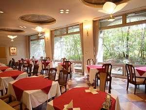 窓の大きな明るいレストランで楽しくおいしくお食事を♪