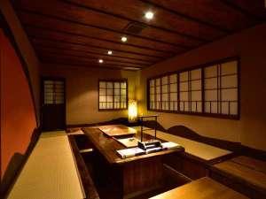 囲炉裏スペース 1階、玄関を入ってすぐのところにございます。木の温もりに包まれた空間。
