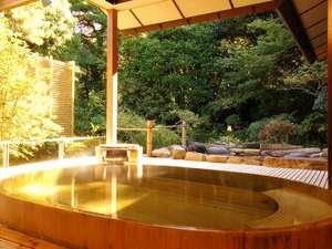 【露天風呂(女性)】檜の香りと心地よい風を感じられます。